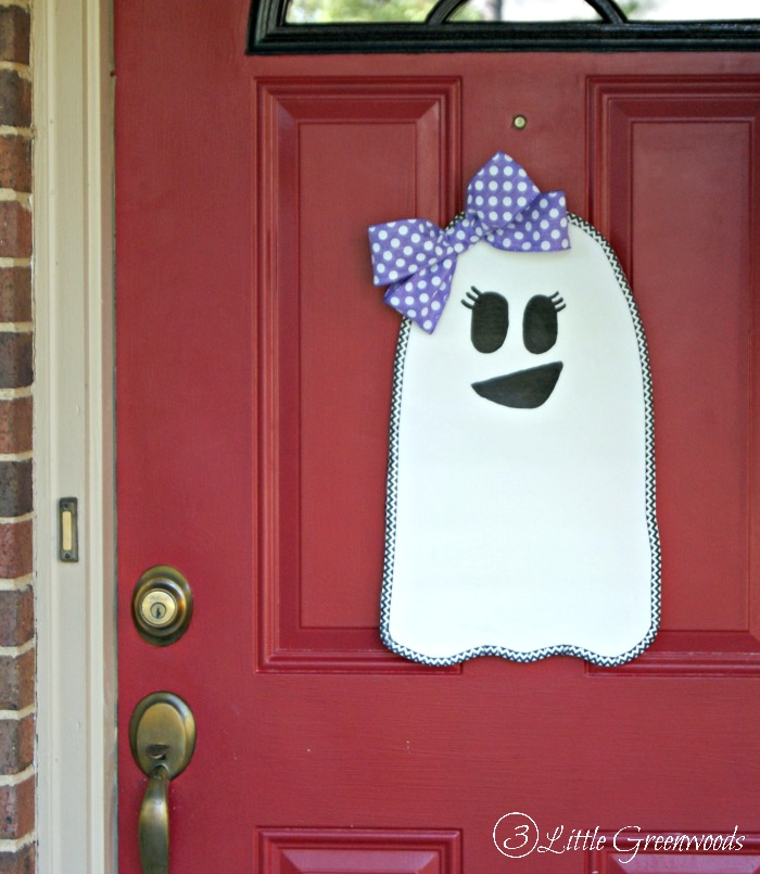 Cutest Halloween decoration EVER! I love this Halloween Ghost Door Hanger! Awesome tutorial for making a DIY door hanger!