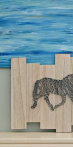 Love this Horse String Art Project! The tips for making string art are great and it's the perfect gift for horse lovers. Easy and inexpensive wall decor! // 3 Little Greenwoods