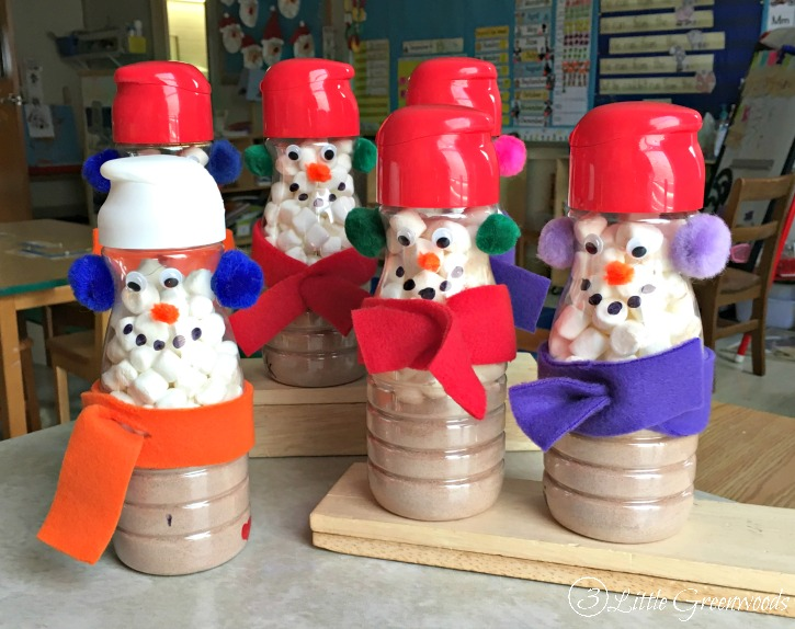Coffee Creamer Snowmen are the perfect Christmas gifts for parents from their children! Teachers are going to love this recycled project made from plastic coffee creamer containers.