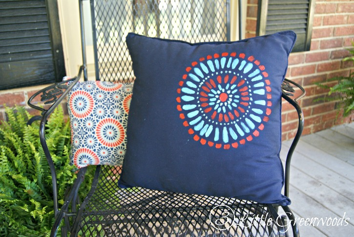 Perfect Front Porch Decorating Ideas! Easy tutorial for How to Paint a Pillow without a Stencil.